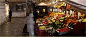 Le Frutaiol (marchand de fruits en vénitien) du rio Tera' Barba Frutariol, dans le Sestier du Cannaregio à Venise.