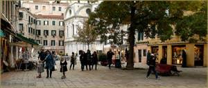 Le Campo Santa Maria Nova avec, au fond, l'église Santa Maria dei Miracoli, dans le Sestier du Cannaregio à Venise.