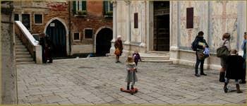 Le Campo et l'église Santa Maria dei Miracoli, dans le Sestier du Cannaregio à Venise.