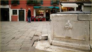 Détail du puits hexagonal, datant de 1534, du Campo Santa Marina. On voit ici San Marin avec un nouveau-né dans les bras. Dans le Sestier du Castello à Venise.