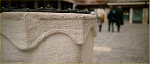 Le second puits du Campo Santa Marina, en pierre d'Istrie et datant de la seconde moitié du XIVe ou au plus tard du début du XVe siècle, Dans le Sestier du Castello à Venise.