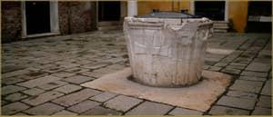 Le Campiello Santa Marina et son puits, datant de la fin du XIV, début du XVe siècle, dans le Sestier du Castello à Venise.