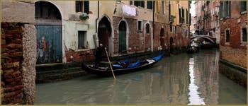 Gondole sur le rio del Fontego dei Tedeschi, frontière entre les Sestieri de Saint-Marc (à gauche) et du Cannaregio à Venise.