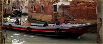 Elle est pas belle la vie ! Au croisement du rio del Fontego dei Tedeschi et du rio de San Lio, dans le Sestier du Castello à Venise.