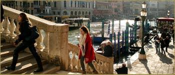 Le pont du Rialto et le grand canal, baignés de soleil, dans le Sestier de San Polo à Venise.