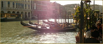 La Riva del Vin et le grand canal, éclaboussés de soleil, dans le Sestier de San Polo à Venise.