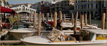 Le pont du Rialto et le Grand Canal, du côté de la Riva del Vin, dans le Sestier de San Polo à Venise.