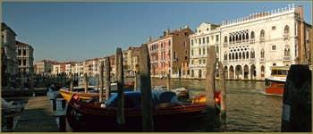 Le Grand Canal de Venise, à gauche de la Pescaria, dans le Sestier de San Polo à Venise. En face, la dentelle du palais de la Ca' d'Oro.