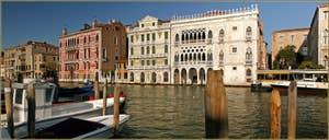 La dentelle du palais de la Ca' d'Oro, sur le Grand Canal à Venise.