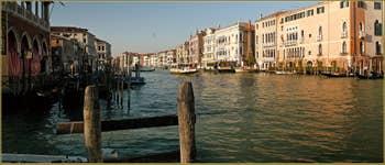 Le Grand Canal de Venise, à droite de la Pescaria, dans le Sestier de San Polo à Venise.