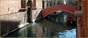 Le pont Pasqualigo sur le rio de Ca' Widmann d'une couleur verte incroyablement belle ce matin, dans le Sestier du Cannaregio à Venise.