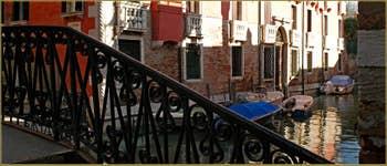 Ombres et lumière sur la façade du Palazzo Seriman, le long du rio de Sant' Andrea, vu depuis le pont dei Sartori, dans le Sestier du Cannaregio à Venise.