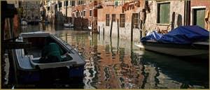 Reflets sur le rio de l'Acqua Dolce, dans le Sestier du Cannaregio à Venise.