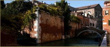 Le rio de Santa Caterina et le pont Molin o de la Racheta, dans le Sestier du Cannaregio à Venise.