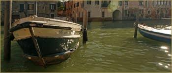 Bateaux et reflets sur le canal de la Misericordia, dans le Sestier du Cannaregio à Venise.