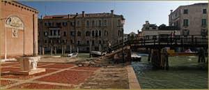 Le Campo et le pont de l'Abazia, dans le Sestier du Cannaregio à Venise.