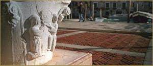 Détail du puits en pierre d'Istrie du Campo de l'Abazia, datant de la seconde moitié du XIVe siècle, dans le Sestier du Cannaregio à Venise.