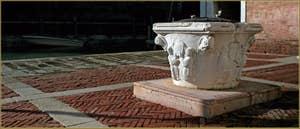 Le puits en pierre d'Istrie du Campo de l'Abazia, datant de la seconde moitié du XIVe siècle, dans le Sestier du Cannaregio à Venise.