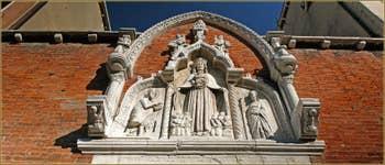 Le portail d'entrée en forme de tryptique de la Corte Nova, sur la Fondamenta de l'Abazia, de style Gothique cuspidé. On y voit la Vierge de la Miséricorde entourée d'anges, de frères de la scuola ainsi que de Saint Jean Baptiste et Jacob. Au fond de cette cour se trouvait un hospice dédié aux frères les plus pauvres de la Scuola Grande di Santa Maria della Misericordia. Cette œuvre a été réalisée à la fin du XIVe siècle.