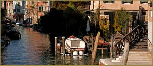 Reflets sur le rio de la Sensa, devant le pont en bois dei Muti, dans le Sestier du Cannaregio à Venise.