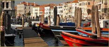 Bateaux à côté de la Pescaria, le long du Grand Canal, dans le Sestier de San Polo à Venise.