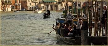 Le Traghetto de Santa Sofia sur le Grand Canal et son appontement au marché du Rialto, dans le Sestier de San Polo à Venise.