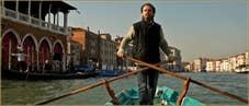 """La nage dite """"alla Valesana"""" à deux rames, sur le Grand Canal à Venise."""