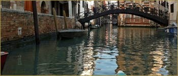 Le pont Storto o Pinelli o dei Consafelzi, le long de la Fondamenta dei Felzi, dans le Sestier du Castello à Venise.