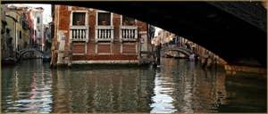 Sous le pont Storto o Pinelli o dei Consafelzi, dans le Sestier du Castello à Venise.