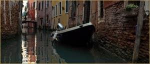 Le pont de la Corona, sur le rio de San Zaninovo, dans le Sestier du Castello à Venise.