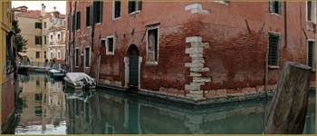 Reflets devant le Palazzo Priuli, à l'angle du rio de San Severo et de celui de San Provolo, dans le Sestier du Castello à Venise.