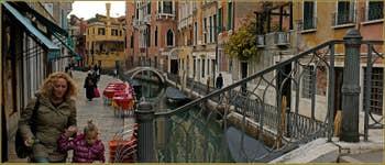 Le rio de San Provolo le long de la Fondamenta de l'Osmarin et le pont del Diavolo, dans le Sestier du Castello à Venise.