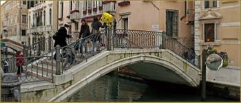 Avec maman sur le pont dei Greci, dans le Sestier du Castello à Venise.