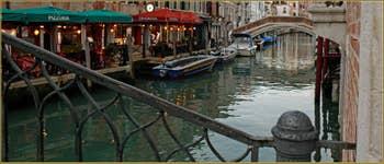Au fond, le pont Lion sur le rio de San Lorenzo, dans le Sestier du Castello à Venise.