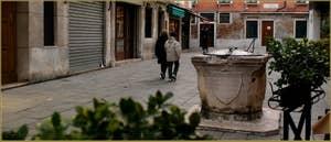 Le Campo San Provolo et son puits datant de la première moitié du XIVe siècle, dans le Sestier du Castello à Venise.