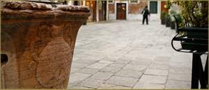 Détail du puits du Campo San Provolo, datant de la première moitié du XIVe siècle, dans le Sestier du Castello à Venise.