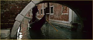 Gondole sous le pont San Provolo, dans le Sestier du Castello à Venise.