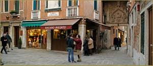 Le Campo San Provolo avec, au fond, le superbe portail de style Gothique, haut-relief de la Vierge sur son trône avec l'Enfant Jésus entre Saint Jean-Baptiste et Saint-Marc. Une œuvre attribuée à Bartolomeo Bon et daterait de 1430. Dans le Sestier du Castello à Venise.
