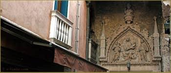 Le Campo San Provolo avec, au fond, le superbe portail de style Gothique, haut-relief de la Vierge sur son trône avec l'Enfant Jésus entre saint Jean-Baptiste et saint Marc. Une œuvre attribuée à Bartolomeo Bon et daterait de 1430. Dans le Sestier du Castello à Venise.