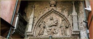 Le haut-relief du Campo San Prolo, de style Gothique représentant la Vierge sur son trône avec l'Enfant Jésus entre Saint Jean-Baptiste et Saint-Marc. Une œuvre attribuée à Bartolomeo Bon et qui daterait de 1430. Dans le Sestier du Castello à Venise.