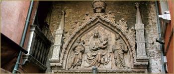 Le haut-relief du Campo San Prolo, de style Gothique représentant la Vierge sur son trône avec l'Enfant Jésus entre saint Jean-Baptiste et saint Marc. Une œuvre attribuée à Bartolomeo Bon et qui daterait de 1430. Dans le Sestier du Castello à Venise.