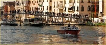 Le pont votif provisoire sur le Grand Canal de Venise pour la Fête de la Madonna de la Salute.