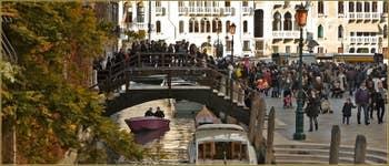 L'arrivée sur le Campo de l'église de la Madonna de la Salute, dans le Sestier du Dorsoduro à Venise.