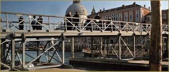Le pont votif flottant sur le Grand Canal, mis en place chaque année pour la fête de la Madonna de la Salute à Venise.