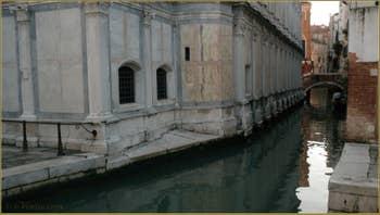 Gondole sous le pont de Santa Maria Nova, dans le Sestier du Cannaregio à Venise.