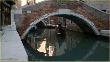 Gondolier totalement relaxé, sous le pont de Santa Maria Nova, dans le Sestier du Cannaregio à Venise.