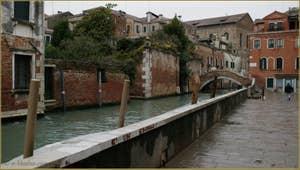 Le pont Molin o de la Racheta et la Fondamenta Santa Caterina, dans le Sestier du Cannaregio à Venise.