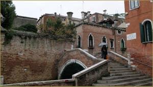 Le pont Molin o de la Racheta sur le rio de Santa Caterina, dans le Sestier du Cannaregio à Venise.