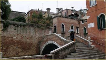 Le pont Molin o de la Racheta sur le rio de Santa Caterina, dans le Sestier du Cannaregio à Venise