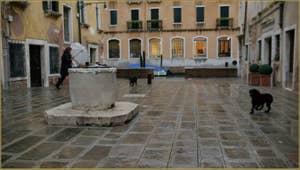 La Ruga do Pozzi l'un de ses deux puits datant du XVIIIe siècle, dans le Sestier du Cannaregio à Venise.